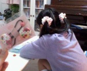 雛形あきこの娘の後ろ姿の画像